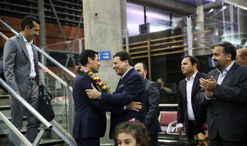 تصاویر بازگشت و دیدار عاشقانه فغانی و همسرش