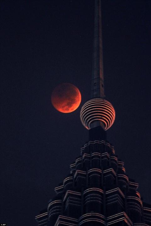 چهار عکس دیدنی از بزرگترین ماه گرفتگی قرن