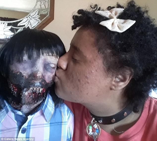 عشق عجیب یک دختر به عروسک زامبی (عکس)