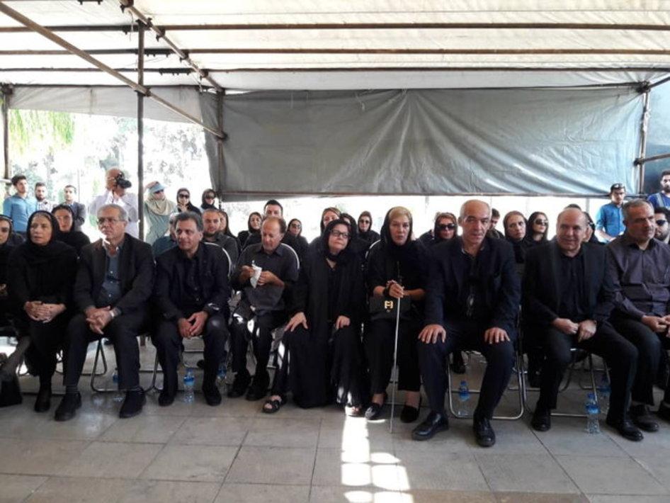 تصاویر هنرمندان و مردم در تشییع پیکر عزت الله انتظامی