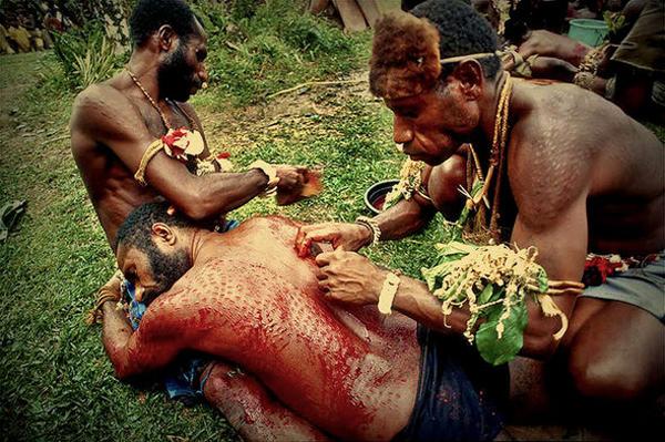 رسم عجیب این قبیله برای تبدیل شدن به کروکدیل (عکس)