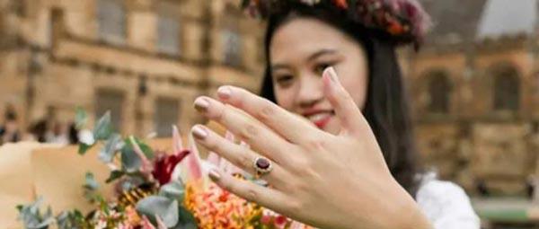 ازدواج خنده دار این دختر با مدرک دیپلمش (عکس)