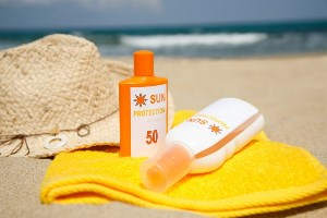 کرم ضد آفتاب رنگی یا بدون رنگ کدام بهتر است