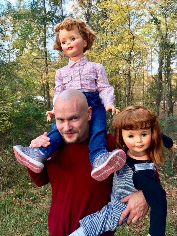 زندگی متفاوت این زن و شوهر با عروسک ها (عکس)