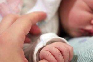 کار بسیار بامزه این نوزاد هنگام تولدش (عکس)