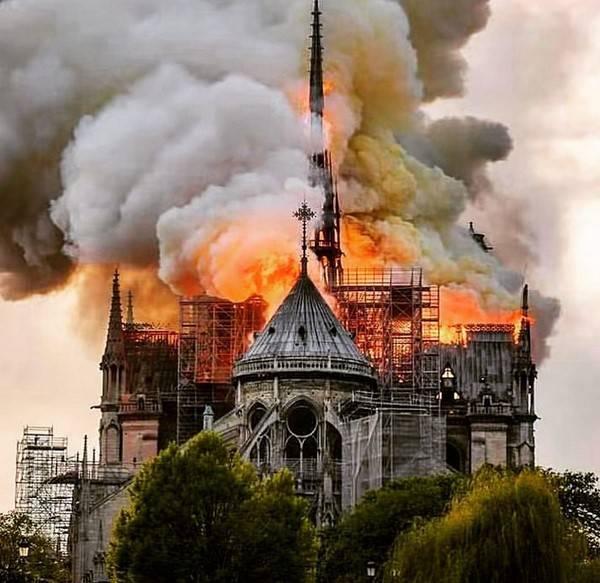 حضور بازیگر ایرانی در کلیسای نوتردام قبل از آتش سوزی (عکس)