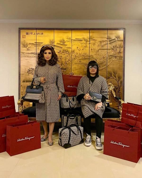 ثروتمند شدن این مادر و پسر با لباسهای ستشان (عکس)