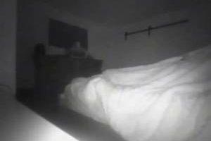 کشف روح سرگردان کنار تخت این دختر جوان (عکس)