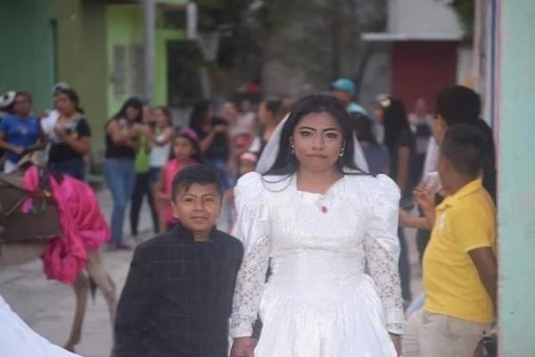 ازدواج عجیب این زن جوان با یک پسربچه (عکس)