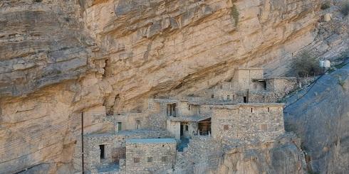 روستایی مخفی و عجیب پشت صخره ها (عکس)