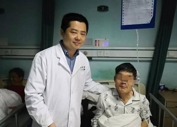 کار چندش آور این مرد با تومور توی گلویش (عکس)