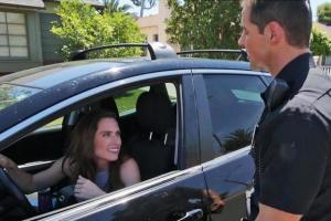 جریمه شدن یک دختر توسط پلیس بخاطر زیبایی بیش از حد (عکس)