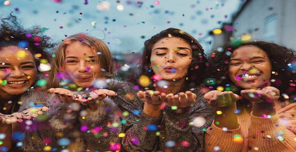پنج نکته اساسی برای انتخاب لباس زنانه در مهمانیهای دوستانه