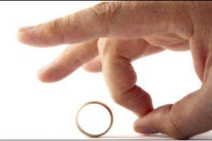 درخواست طلاق بخاطر مطالعه زیاد همسر!!