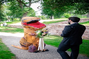 روش عجیب عروس برای غافلگیر کردن داماد (عکس)