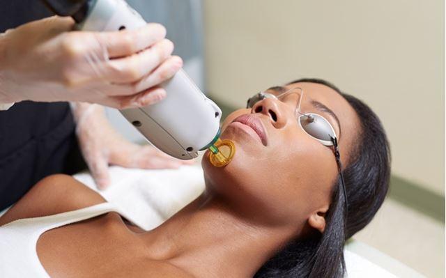 تزریق ژل گونه در کلینیک پوست و مو رز