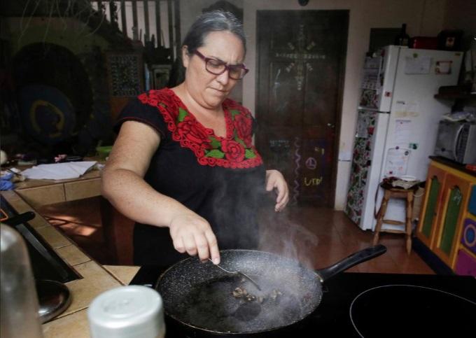 خانوادهای خوردن سوسک و جیرجیرک را جایگزین گوشت کرد  (تصاویر)