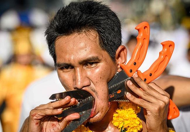 عبور دادن چاقو شمشیر و تیغاز صورت در جشنواره گیاهخواران!