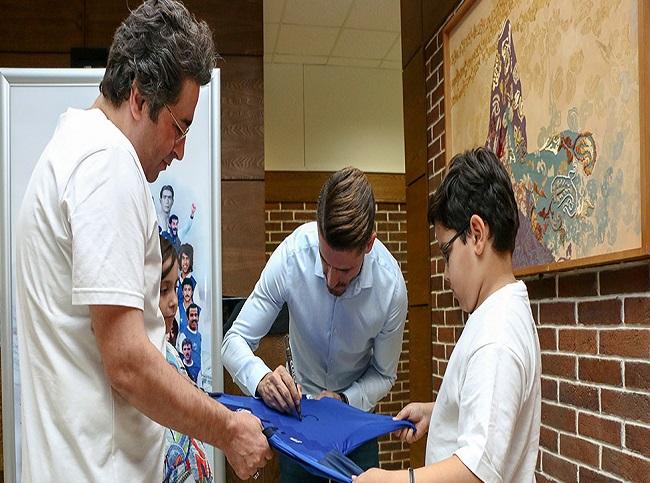 بازیکن استقلال در  اکران مستند «آبی به رنگ آسمان»