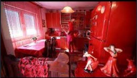 علاقه این خانم به رنگ قرمز و شهرت جهانی اش (عکس)