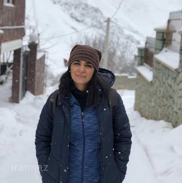 لیندا کیانی در یک روز برفی در سال 98