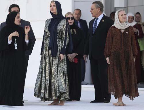 حضور ایوانکا ترامپ با حجاب مانتو و روسری در مسجد (عکس)
