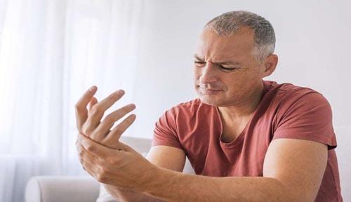 همه چیز در مورد سندرم دست بی قرار و علل و درمان آن