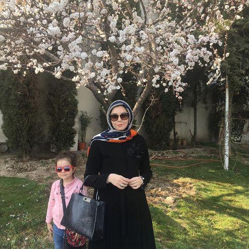 تیپ بدون چادر آزاده نامداری و دخترش در گردش نوروز 99