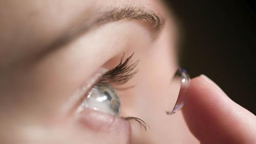 خطر ابتلا به کرونا با گذاشتن لنز در چشم