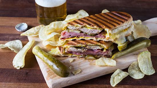 طرز تهیه ساندویچ کوبایی غذای مورد علاقه خواننده مشهور (عکس