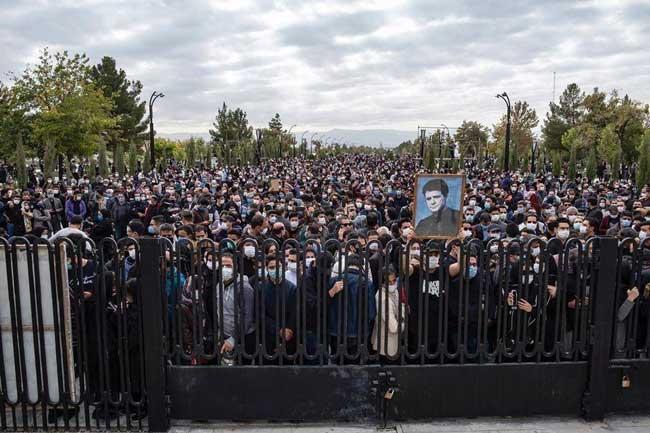 عکس پر معنا از وداع مردم ایران با استاد شجریان در مشهد