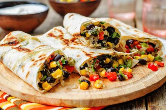 طرز تهیه غذای مکزیکی بوریتو مرغ و نان تورتیلا (عکس)