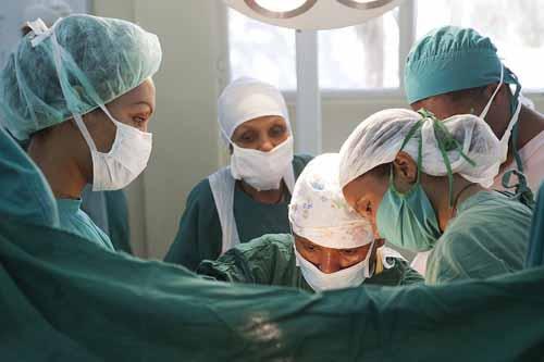 این جراح موفق سواد خواندن و نوشتن ندارد ( عکس )