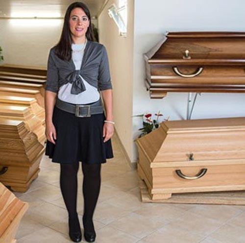 ملکه زیبایی مسئول کفن و دفن انتخاب شد ( عکس )