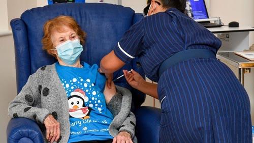 اولین واکسینه کرونا در انگلیس با تزریق به خانم 90 ساله شروع شد  ( عکس )