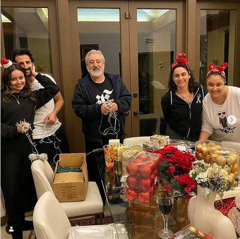 عکسهای جشن کریسمس ابی خواننده آنور آبی در کنار خانواده اش