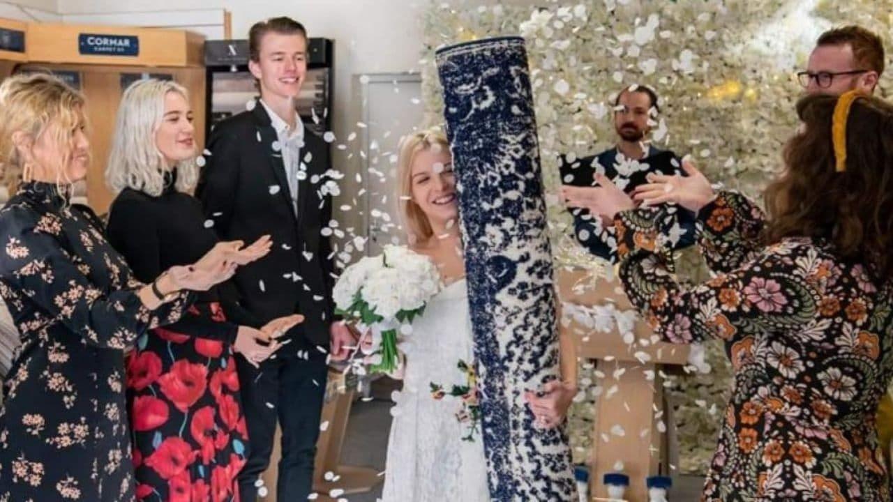ازدواج و معاشقه این زن زیبا با فرش خانه خود ( فیلم و عکس )