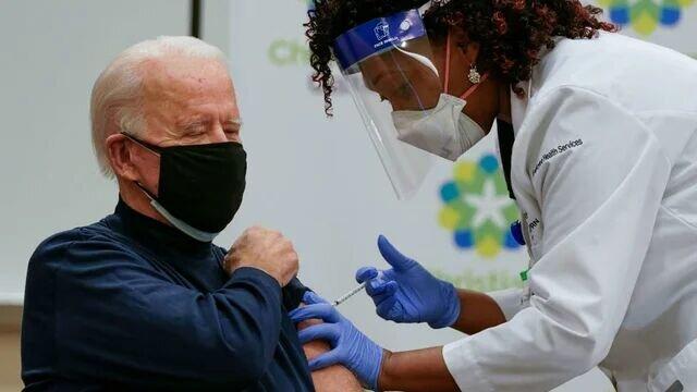 فیلم لحظه تزریق واکسن کرونا به رئیس جمهور آمریکا