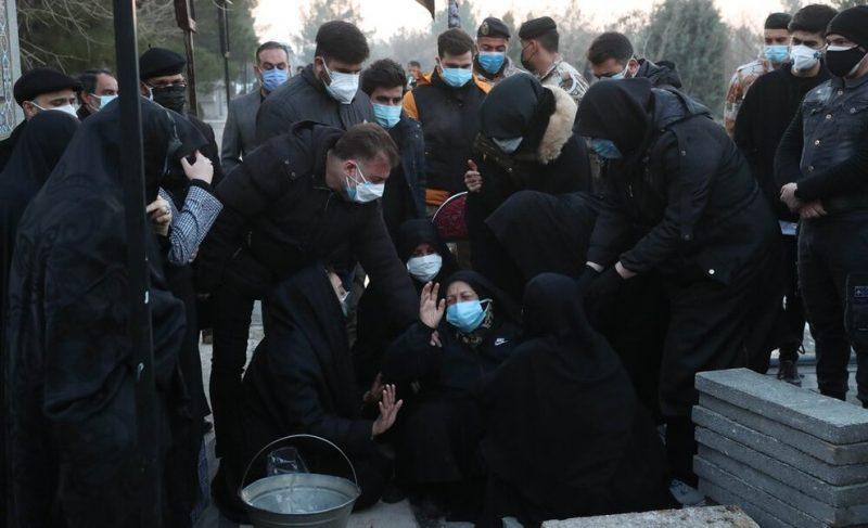 تصاویر گریه و ضجه های مادر علی انصاریان در تشییع جنازه پسرش