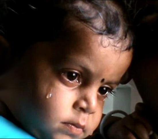 تصاویر غم انگیز از شیر خوردن کودک خردسال از جسد مادرش