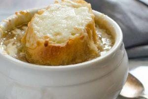 روش تهیه سوپ پیاز فرانسوی با ترفندهای ساده