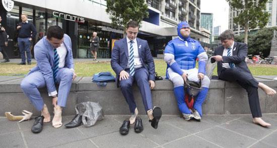 تصاویر جالب از مردانی که در حمایت از بانوان کفش پاشنه دار پوشیدند