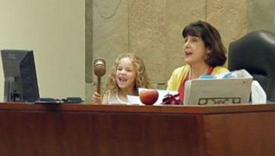 دادگاه عجیب و بامزه ای که برای این دختر 5 ساله برگزار شد + عکس