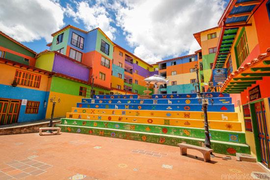 شهری با خانه های رنگارنگ و دیوارهای دلربا + عکس