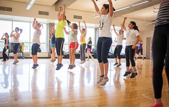 چرا بهتر است به کلاس های ورزش گروهی برویم؟