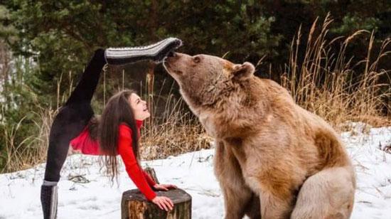 رابطه عاشقانه و دوستی جالب این دختر با خرس + عکس