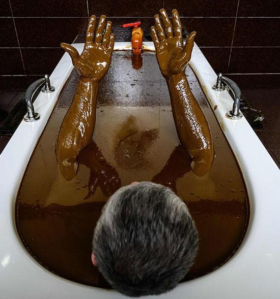 ثروتمندان برای رفع بیماری از حمام نفت خام بهره میبرند + عکس