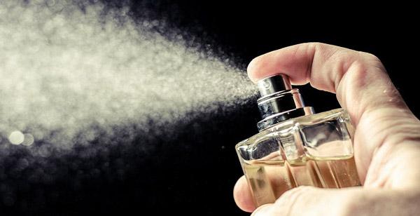 چگونه به ماندگاری بیشتر عطر و ادکلن کمک کنیم؟
