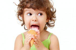 سعی کنید به این دلایل به کودکتان بستنی ندهید