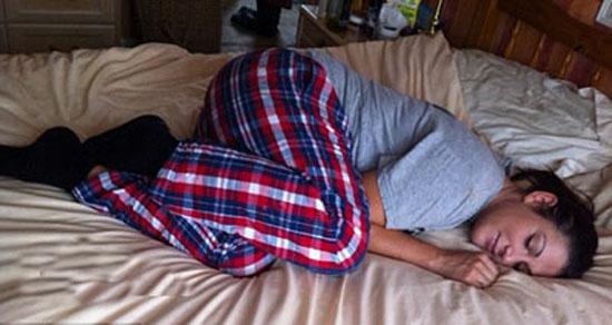 زنی که اگر بخوابد فلج خواهد شد + عکس
